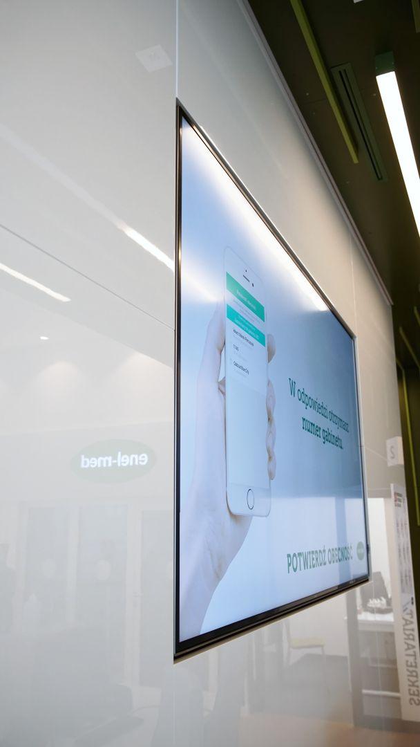 Monitor informacyjny w placówce medycznej