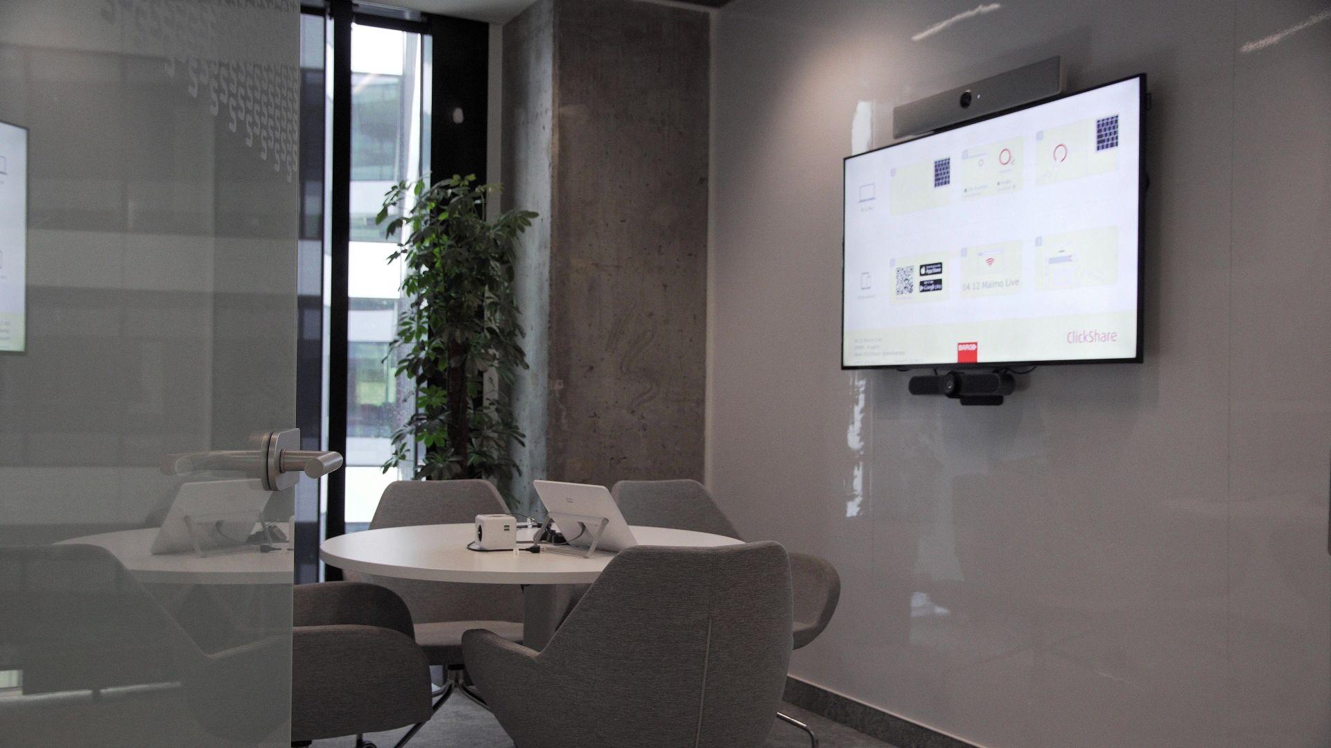 Huddle room z zestawem do wideokonferencji i Barco ClickShare