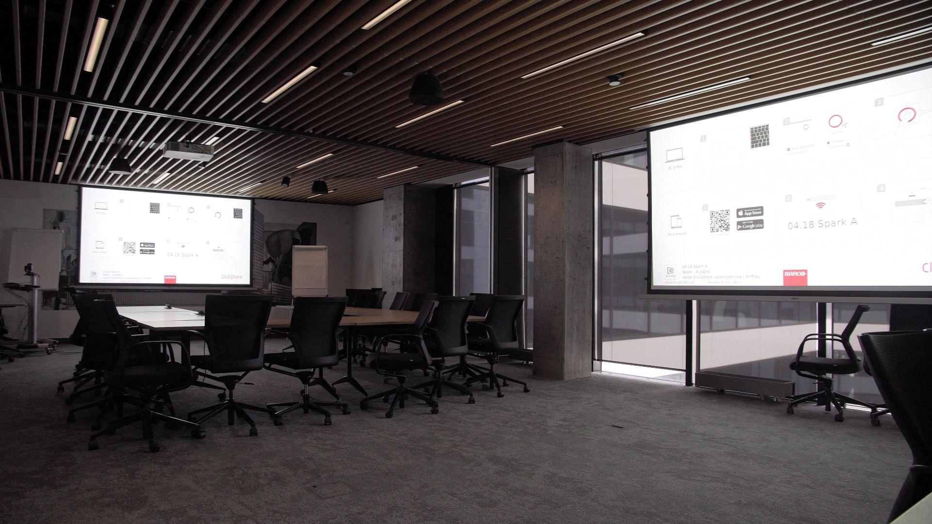 Duża sala konferencyjna z projektorami i ekranami