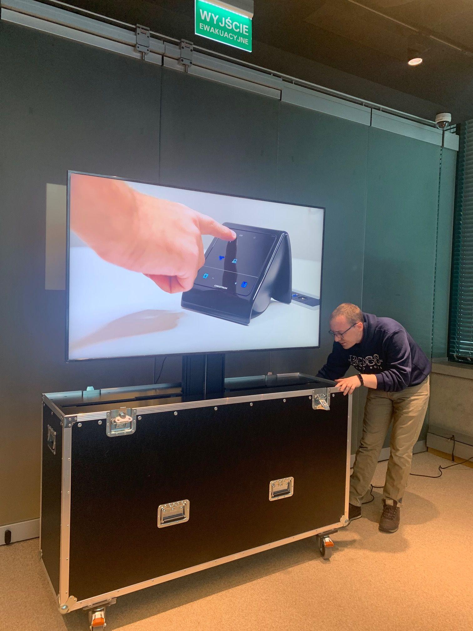Skrzynia z mechanizmem wysuwającym z niej monitor Samsung