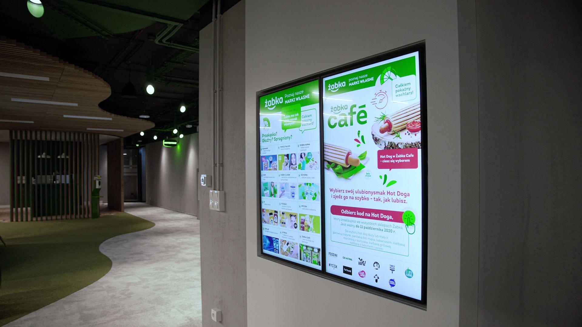 Monitory digital signage w siedzibie Żabki